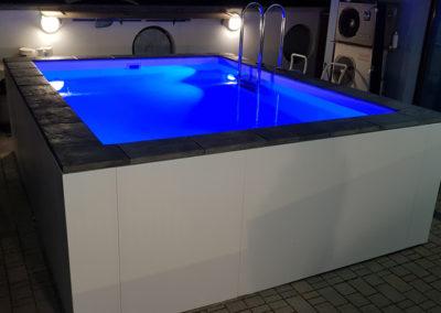 piscina-con-illuminazione-blu