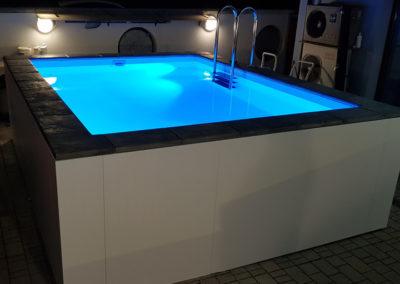 piscina-con-illuminazione-celeste