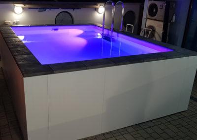 piscina-con-illuminazione-viola