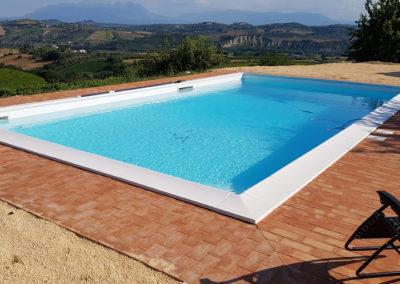 piscina-con-mattoni-sabbia-e-paesaggio