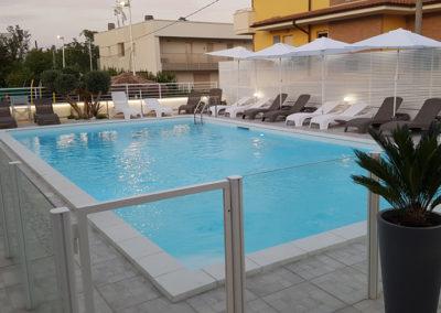 piscina-con-sedie-a-sdraio