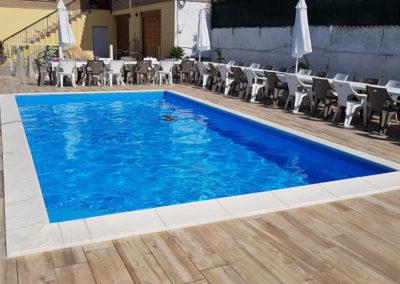 piscina-con-sedie-e-tavole