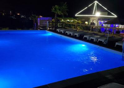 piscina-con-sistemi-da-illuminazione-blu