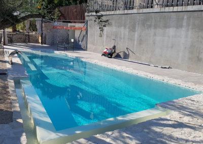 piscina-con-spruzzo-e-alberi