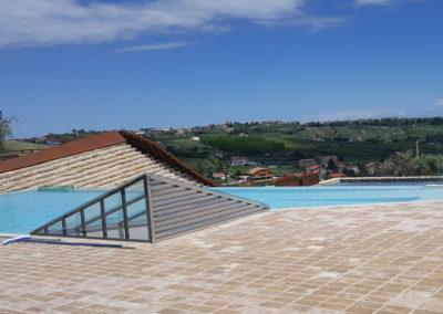 piscina-con-supporto-di-mattoni-con-paesaggio