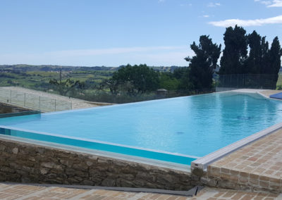 piscina-con-supporto-di-mattoni-vista-dall'alto