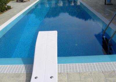 piscina-con-trampolino-e-scalette